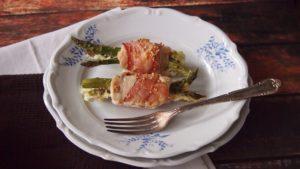 roladki szparagowe z kurczakiem i boczkiem w sosie śmietanowym, elegancki, prosty przepis,