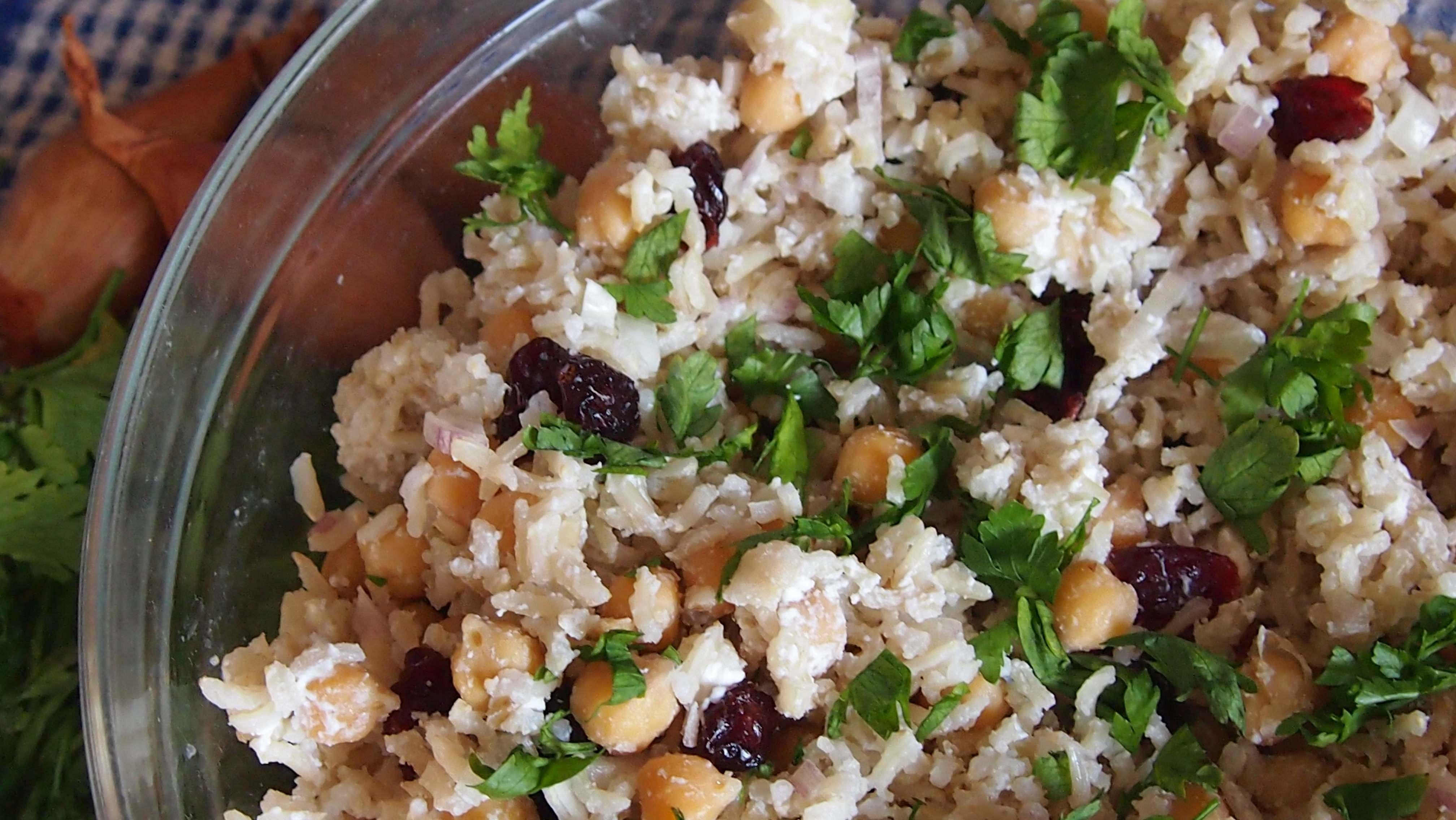 Sałatka z brązowego ryżu z serkiem kozim