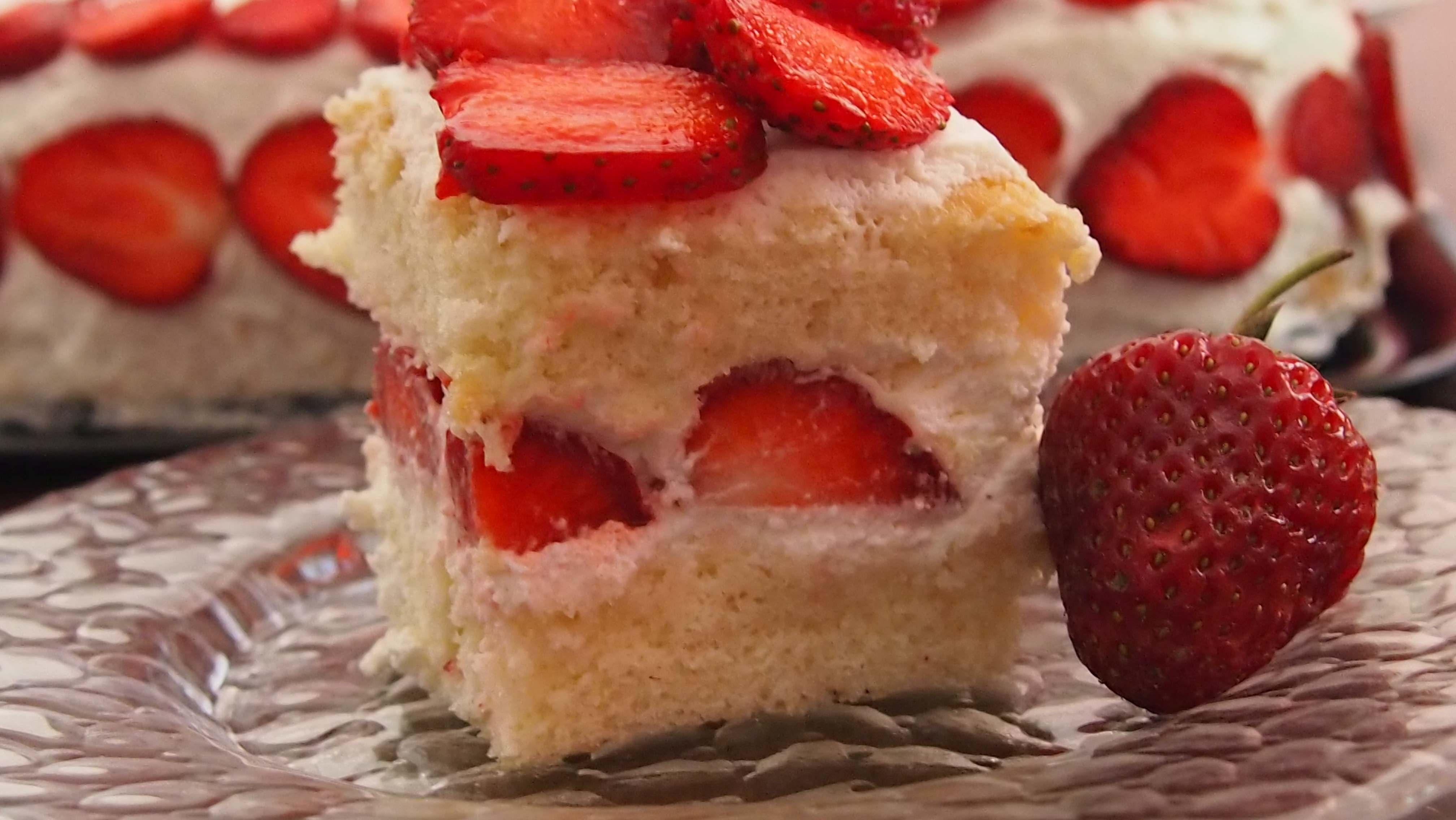 Na początek… Tort z bitą śmietaną i truskawkami