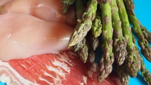 Szparagi pieczone z szynką i kurczakiem w sosie śmietanowym
