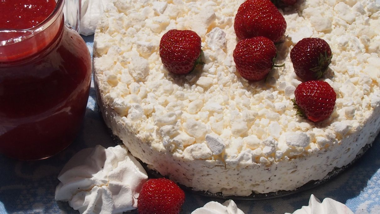 Tort lodowy z bezami i orzechami