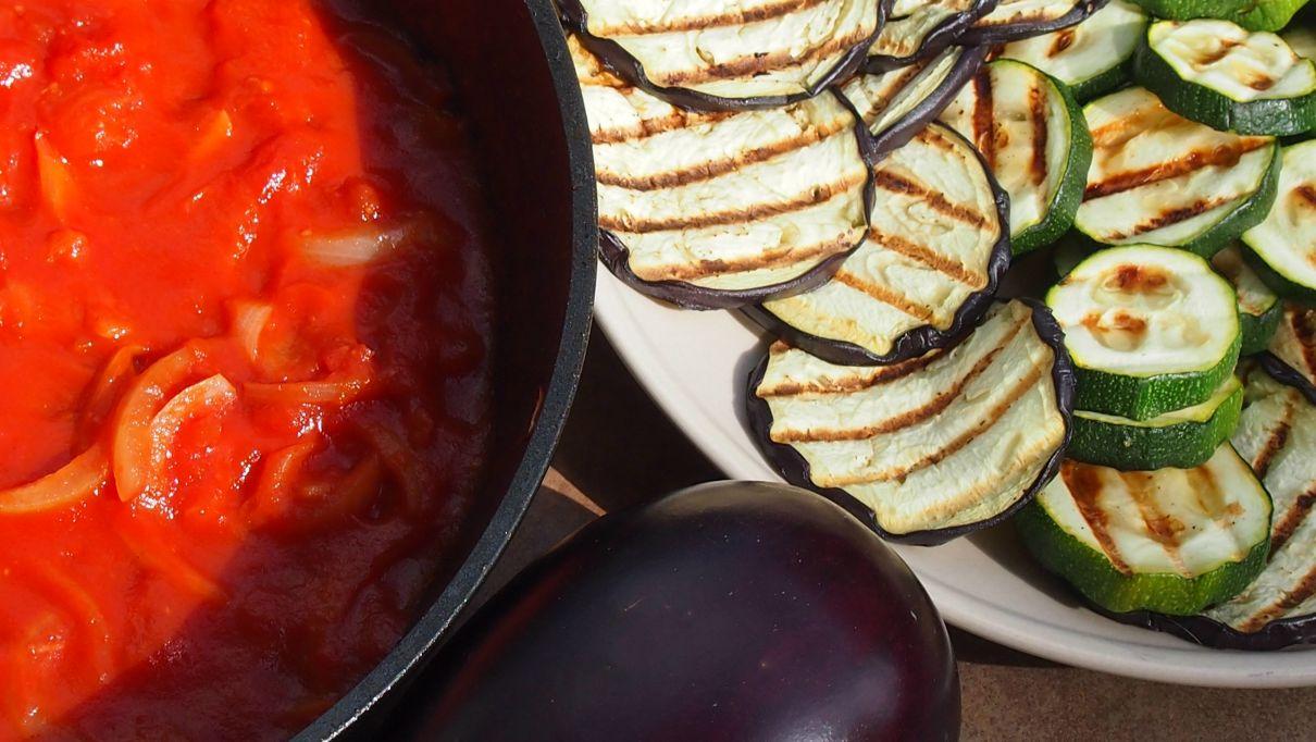 makaron pełnoziarnisty z grillowanymi warzywami w sosie pomidorowym
