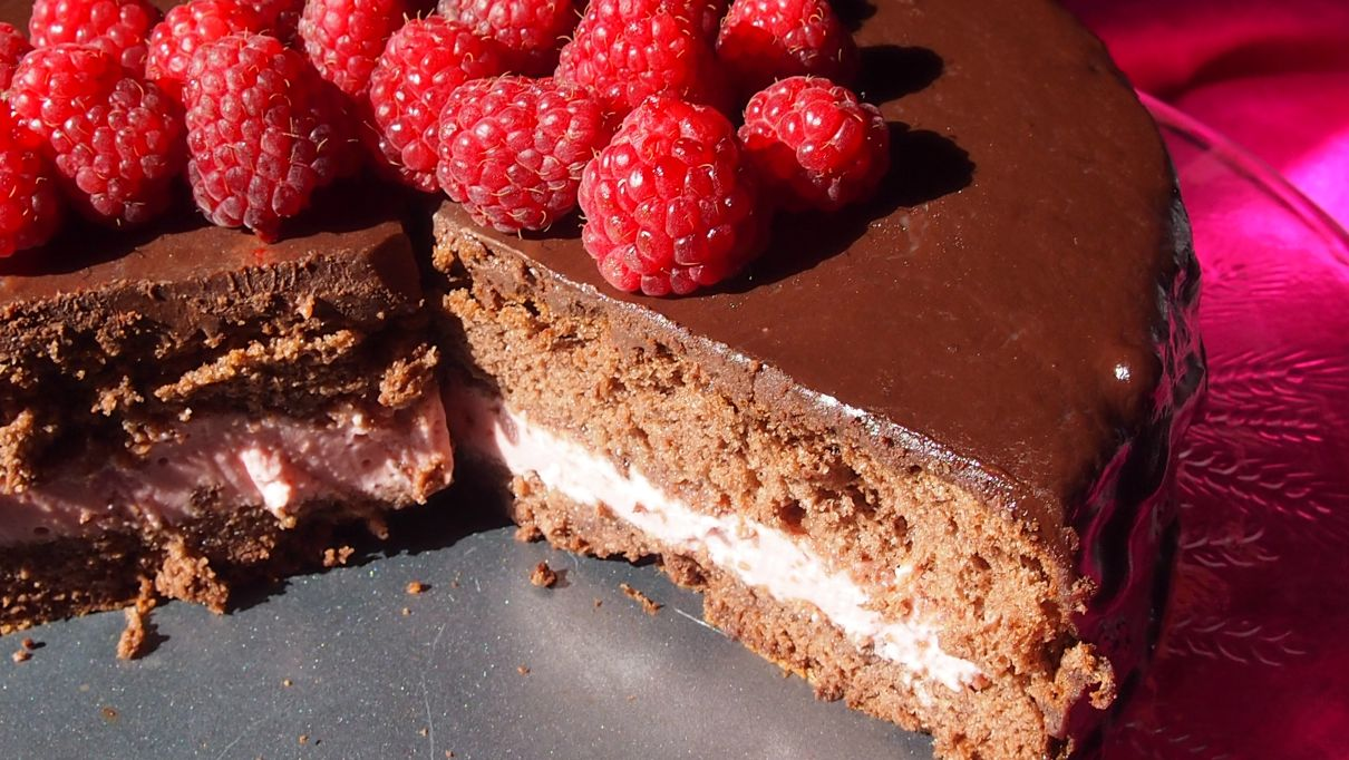 Czekoladowy tort z musem malinowym