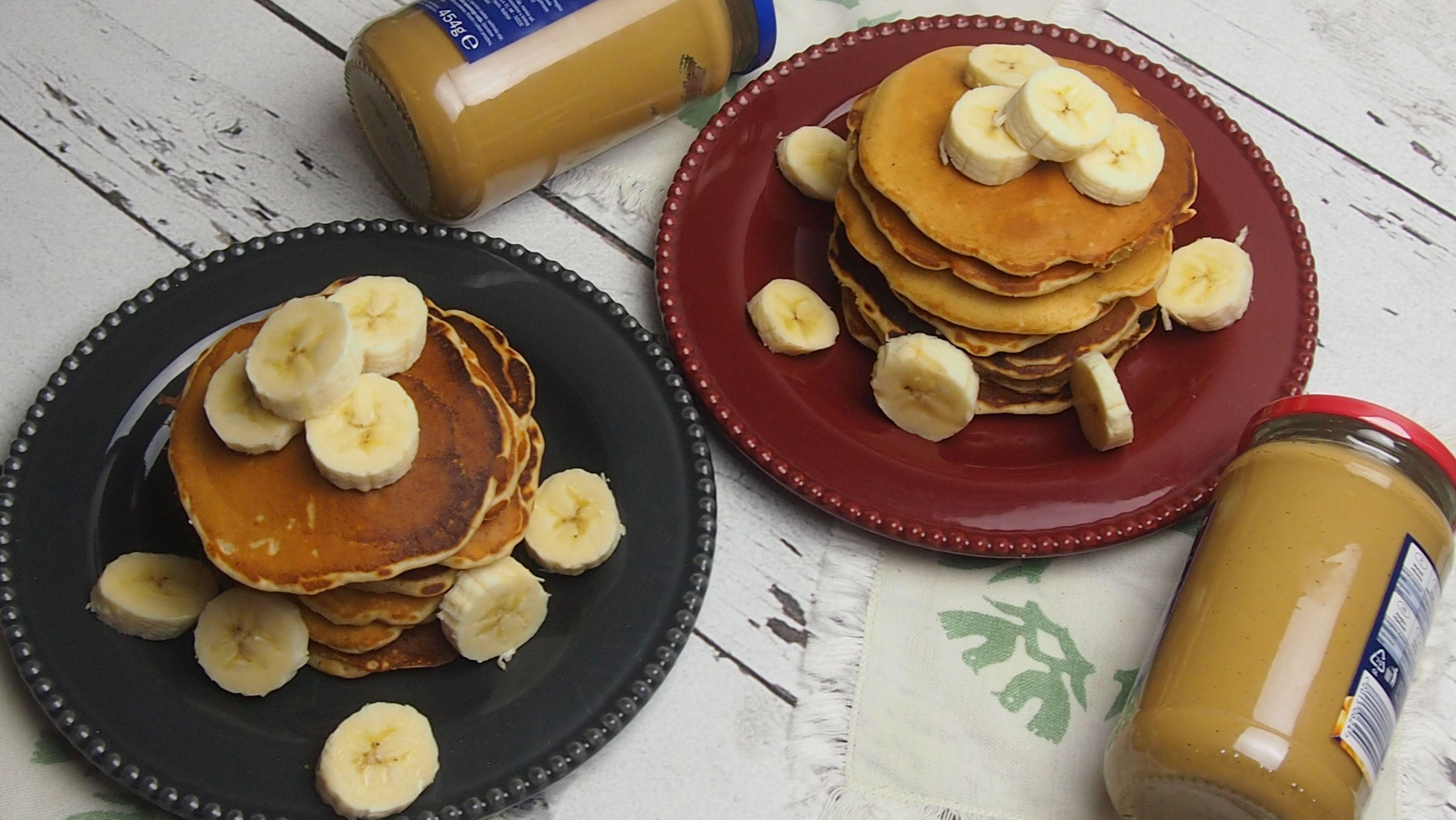 pancakes z masłem orzechowym i bananami