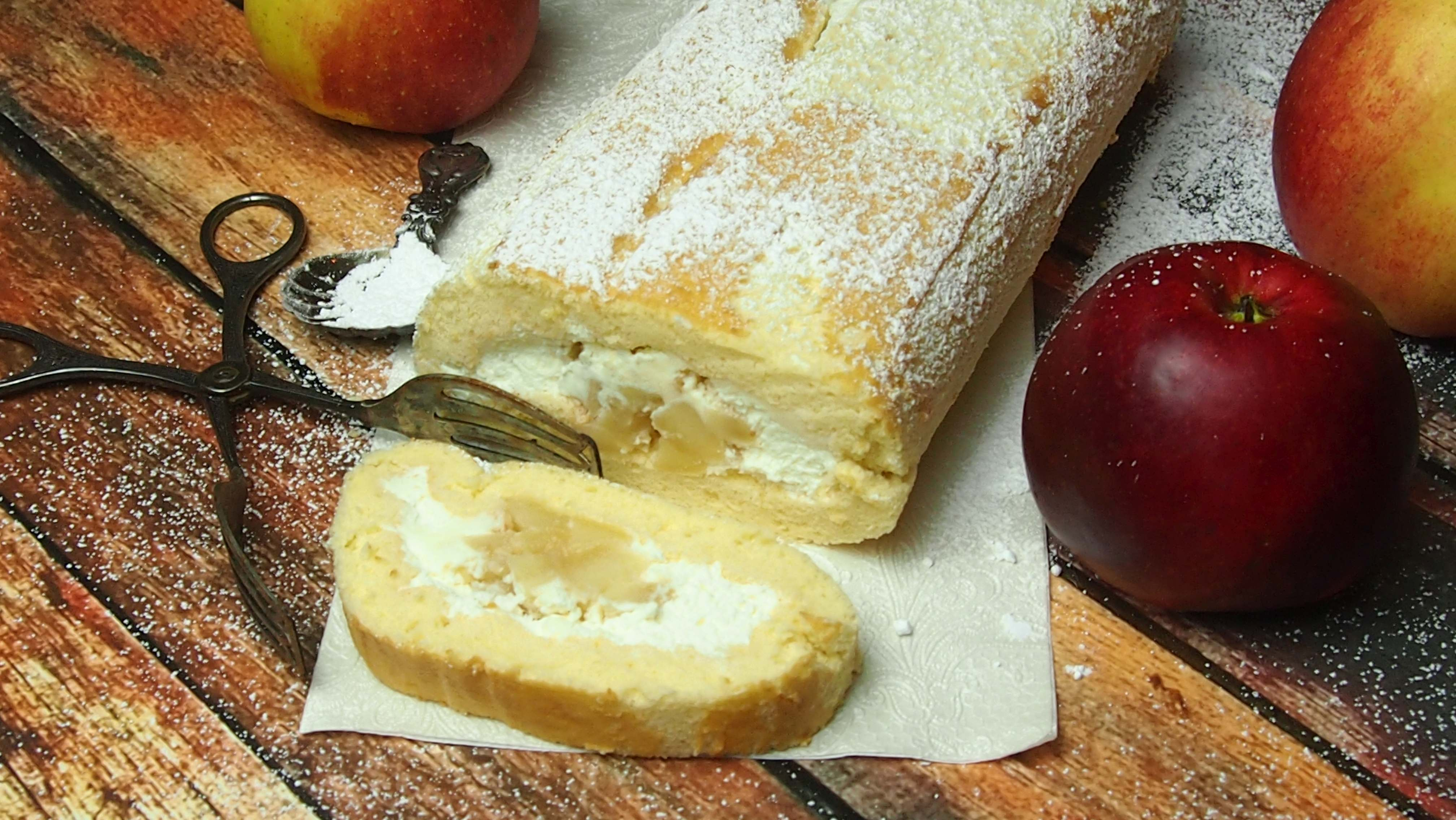 Rolada biszkoptowa ze śmietaną i jabłkami