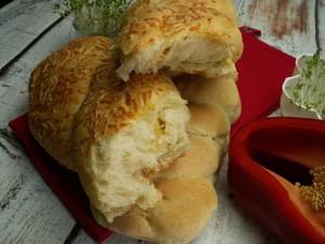 Bułka pszena z serem lub bez niego