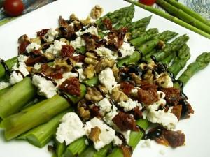 Sałatka : szparagi, suszone pomidory i feta