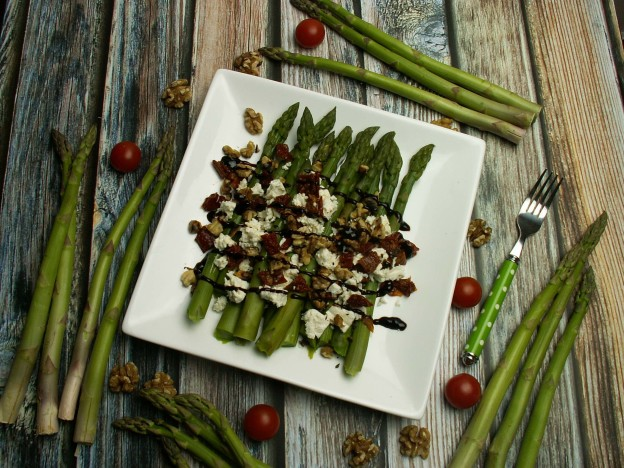 Szparagi, feta i suszone pomidory
