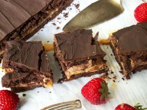 ciasto czekoladowe z kajmakiem i słonymi orzeszkami