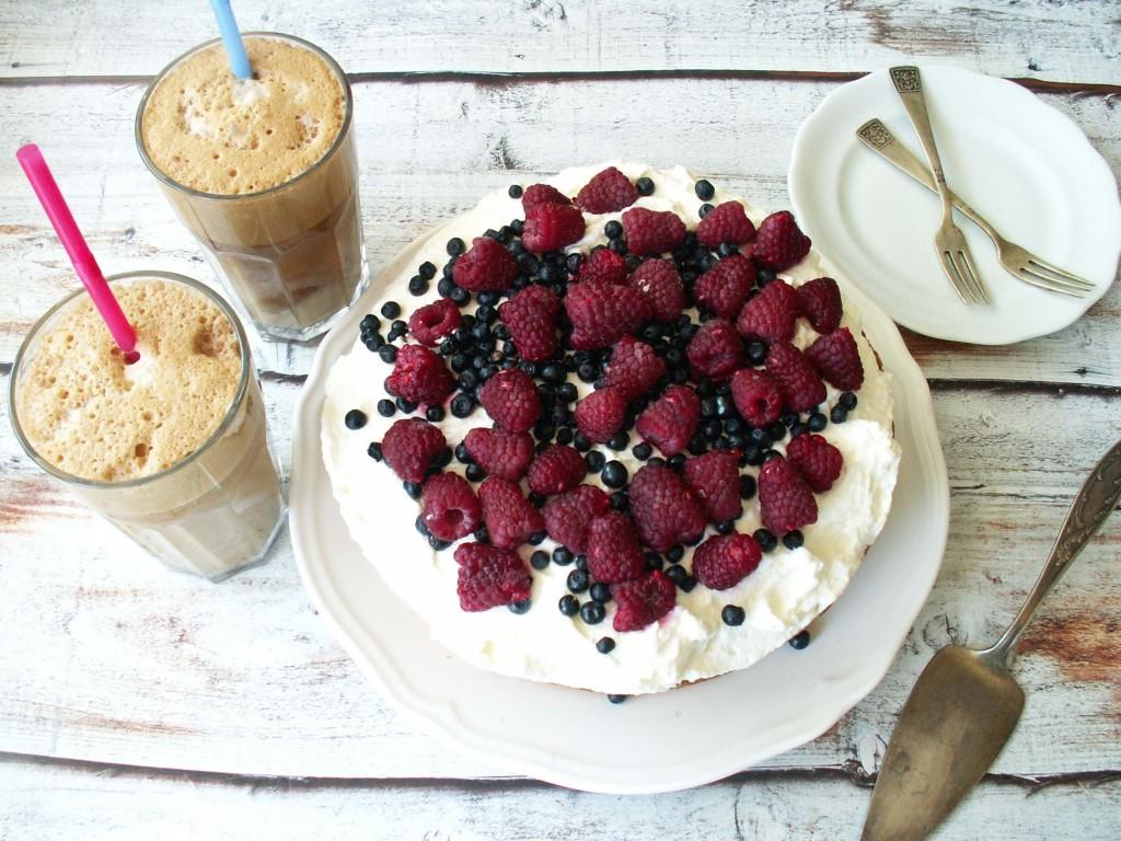 bezglutenowy tort z bitą śmietaną i owocami lesnymi