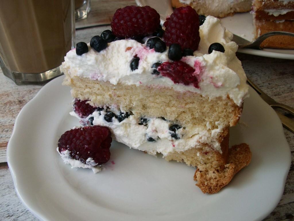bezglutenowy tort z bitą śmietaną
