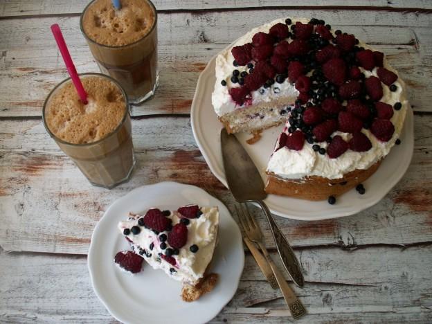 Bezglutenowy tort z bitą śmietaną i owocami leśnymi