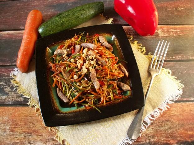 Sałatka z cukinii i marchewki z orzeszkami ziemnymi
