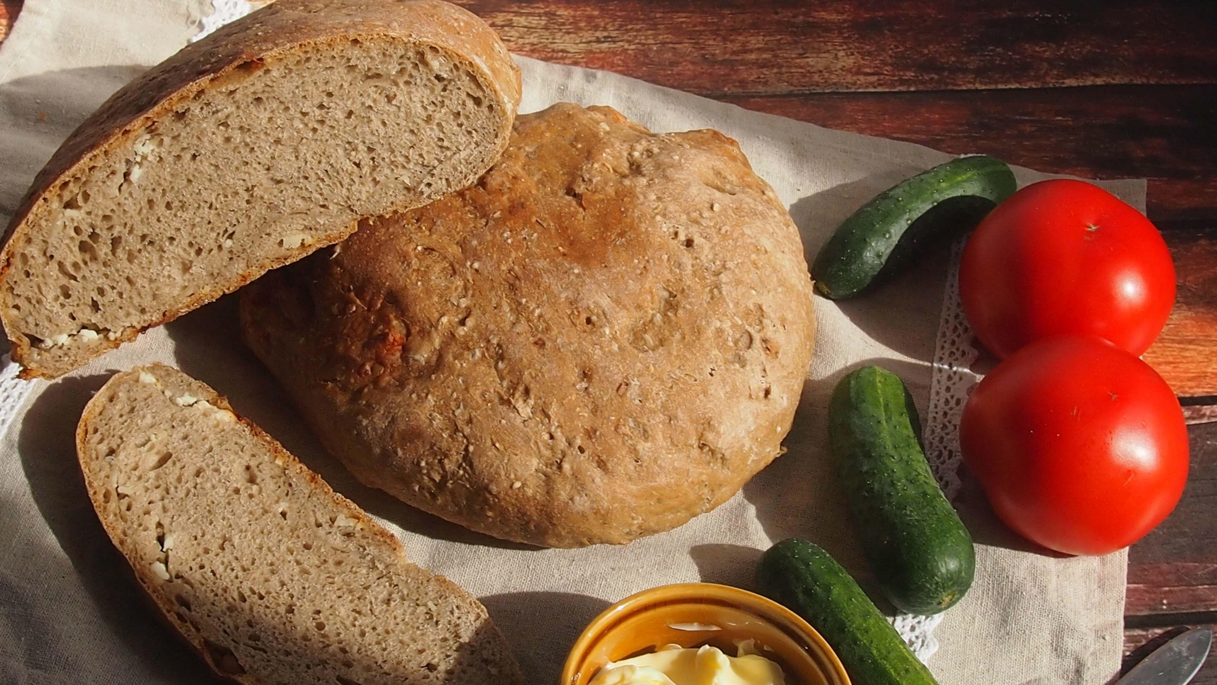 ciasto chlebowe zaczyn bibosz 650 g maki pszennej chlebowej 230-250 g wody 1 łyżeczka słodu jęczmiennego 1 łyżeczka soli 150 g owczego sera pleśniowego 1 łyżeczka całych nasion kminku 1/4 łyżeczki drożdży (opcjonalnie)