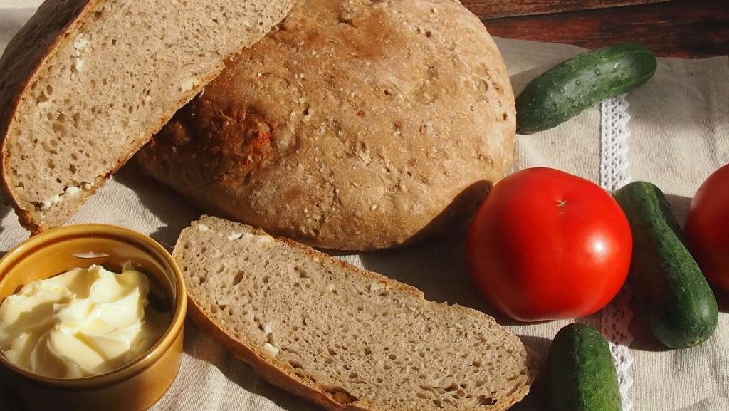 Chleb jęczmienny z owczym serem i kminkiem