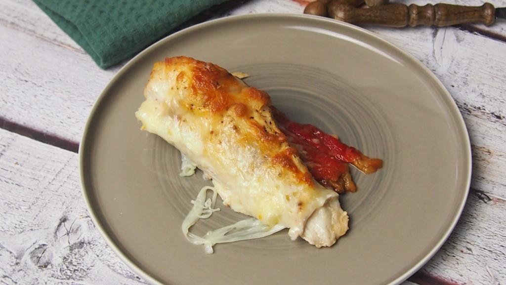Pierś kurczaka zapiekana z pieczoną papryką i mozarellą