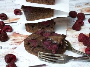 proste ciasto czekoladow z malinami