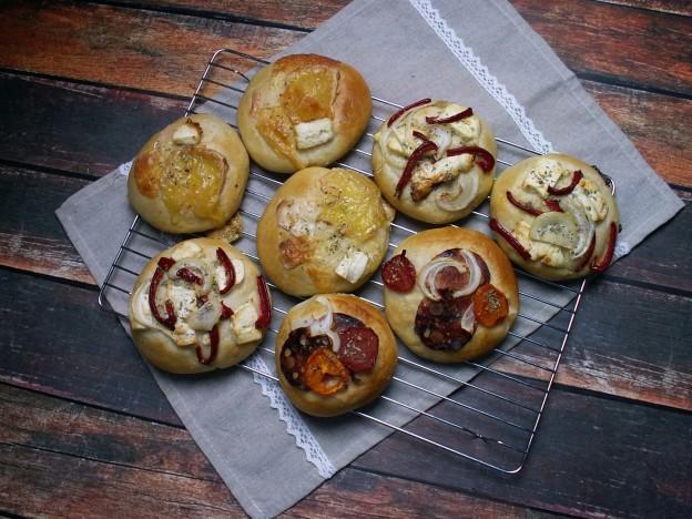 Wytrawne drożdżówki pieczone w październikowej piekarni