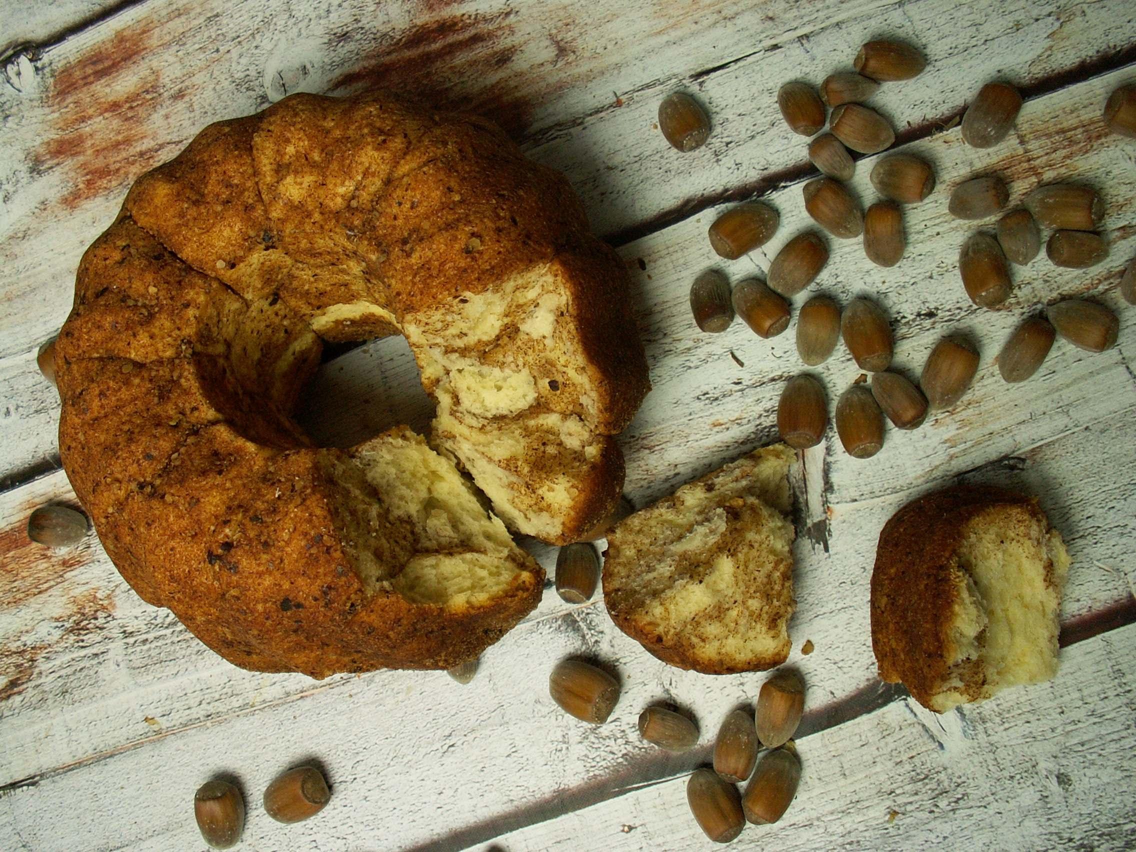 Odrywane bułeczki z cynamonem i orzechami laskowymi