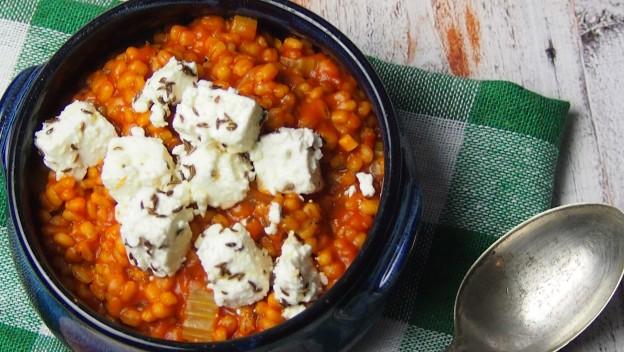 Pęczakowe risotto z marynowaną fetą