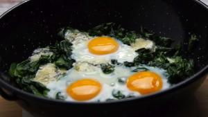 jajka z piekarnika ze szpinakiem