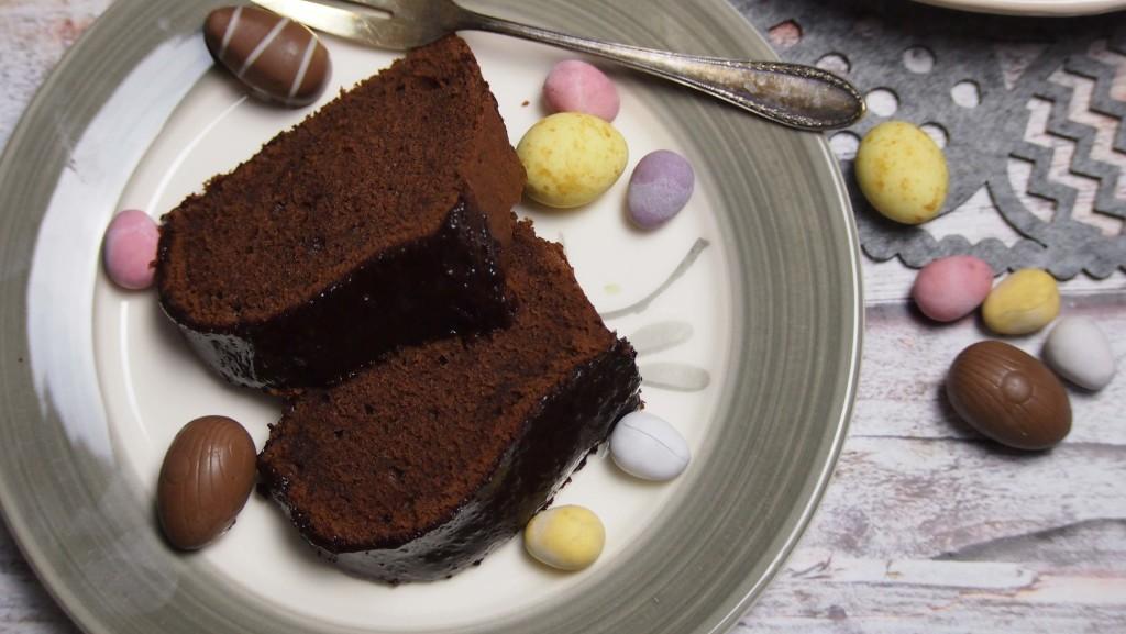 babka czekoladowa z błyszczącą polewą
