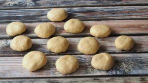 Pyszne puszyste bułeczki z karmelizowaną cebulą i kozim serem