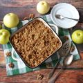 Jabłka pod kruszonką z łatkami owsianymi i orzechami włoskimi