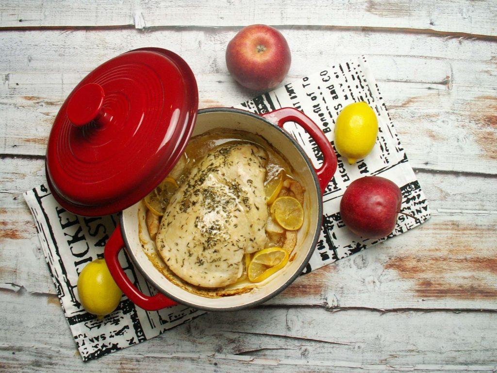 Pierś indyka pieczona z jabłakmi i cytryną