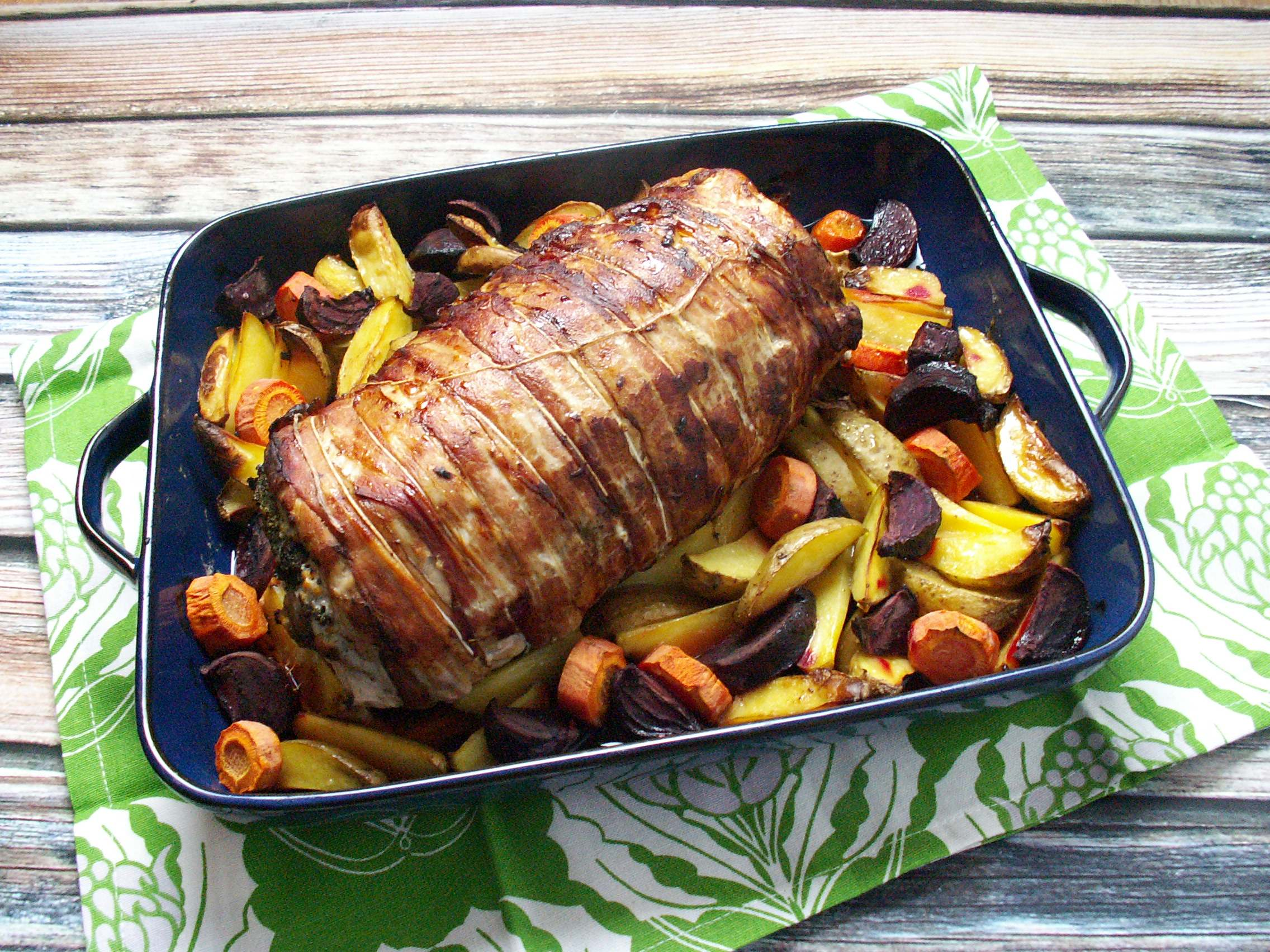 Pyszny schab faszerowany mięsem mielonym z jabłkami, grzybami i jarmużem