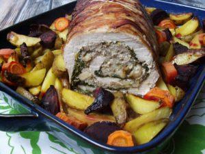 Pyszna rolada schabowa z mięsem mielonym, jarmużem, jabłkami i grzybami