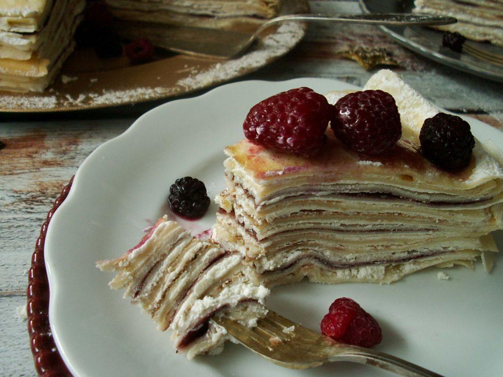 Tort naleśnikowy z białym serem i dżemem z czarnego bzu