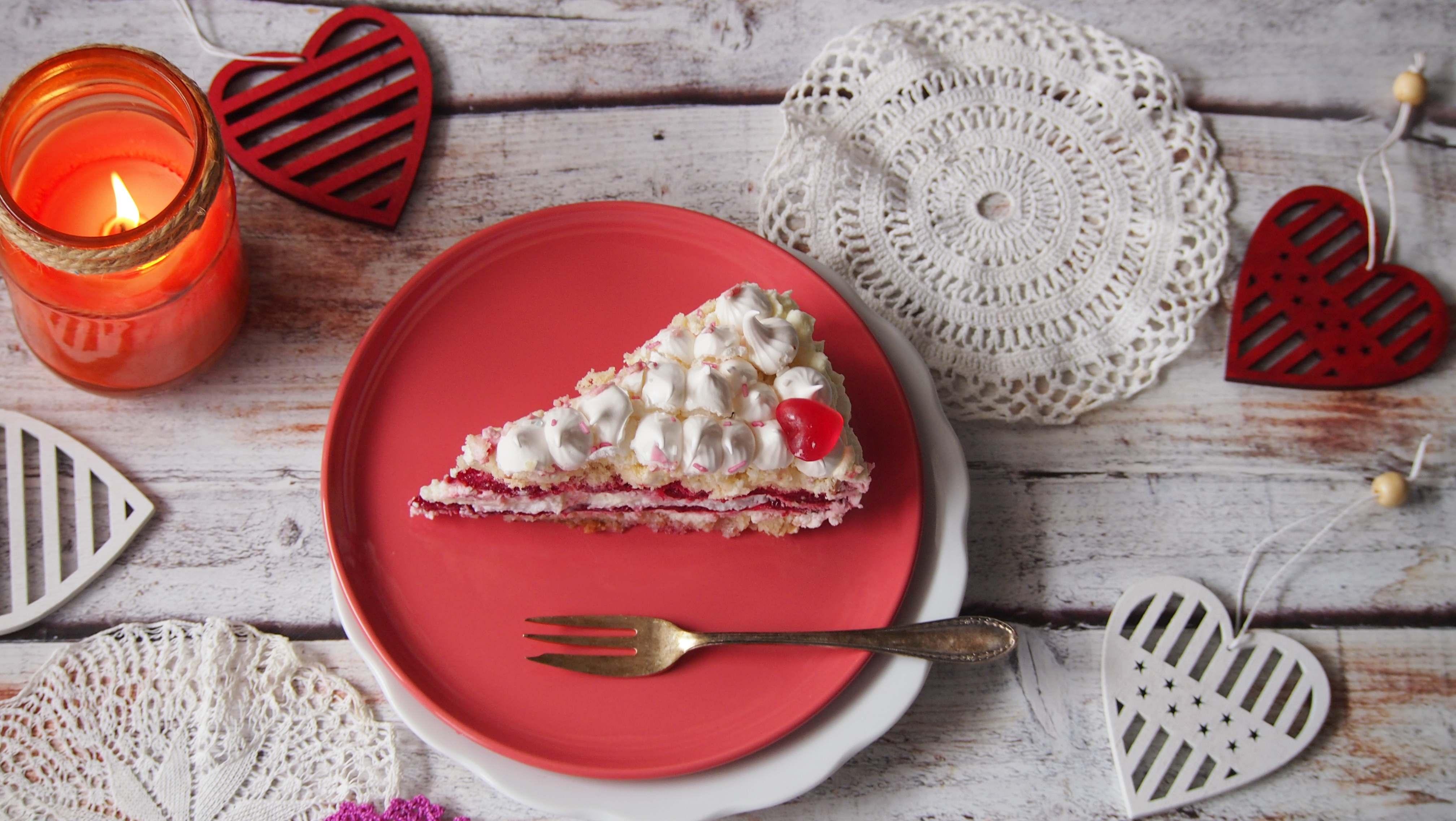 Tort malinowy – biszkopt i beza