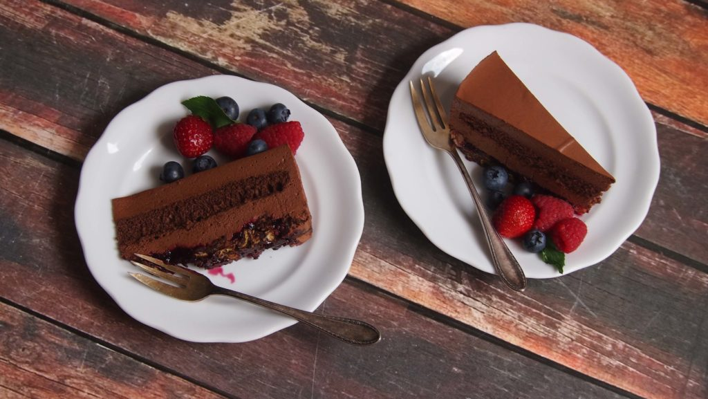 Pyszny tort czekoladowy na chrupiącym spodzie
