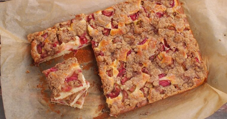 Rabarbarowe ciasto z cynamonową kruszonką